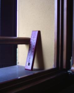 Termometro piazzato sul davanzale della finestra di camera mia