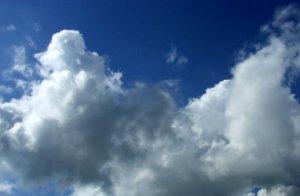 nuvoletta nel cielo, carica di pioggia