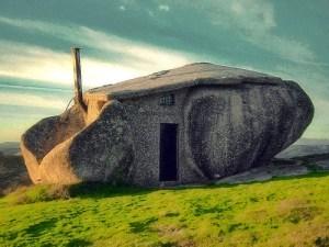 casa portoghese realizzata tra due enormi massi