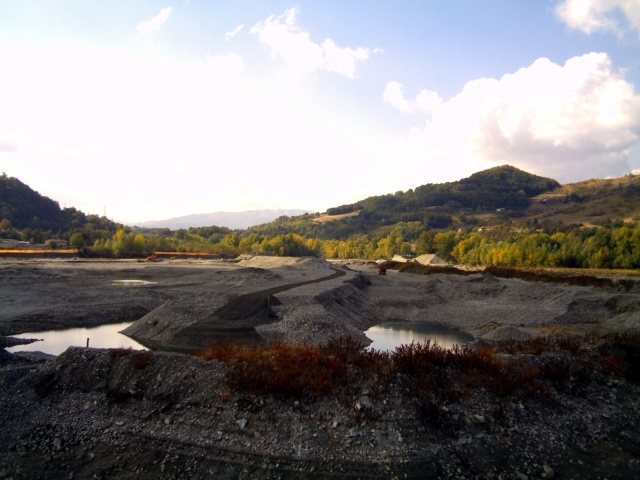 alveo del fiume secchia a monte della traversa di Castellarano