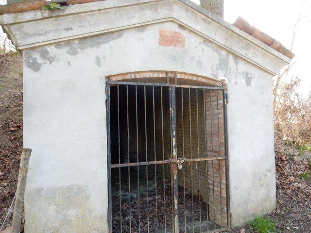 Entrata della ghiacciaia a Castelfranco, cancello in ferro, corridoio.