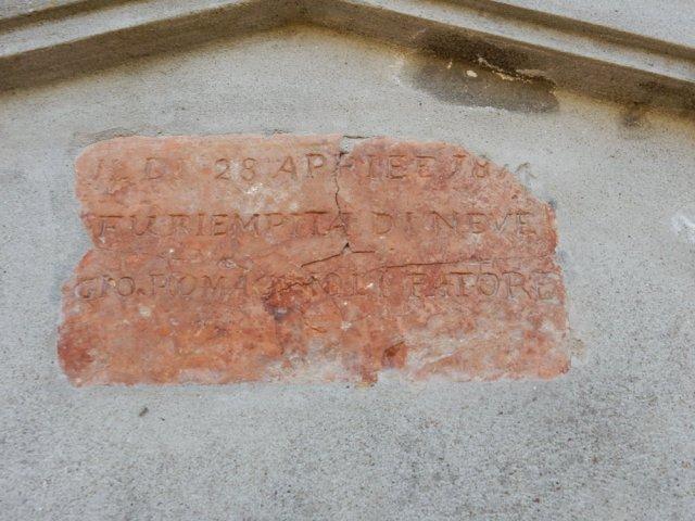 Ghiacciaia a Castelfranco, lapide con iscrizione inaugurale sopra alla porta di accesso.